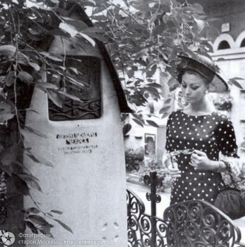 Софи Лорен на могиле Чехова.