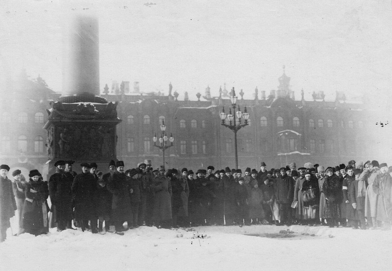 06. Группа любопытных у Александровской колонны смотрит парад