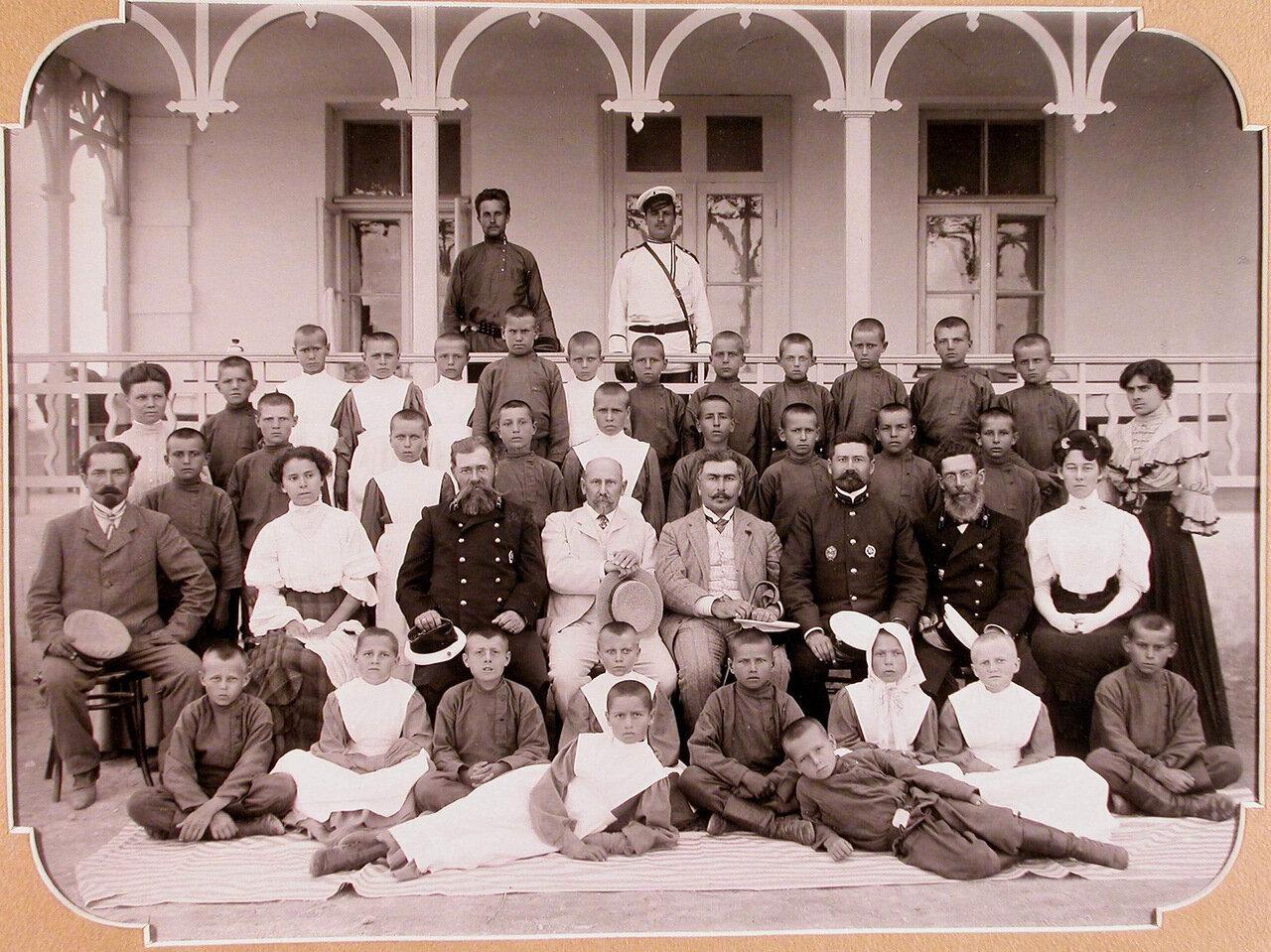 03. Группа преподавателей и учеников у здания школы в день её открытия