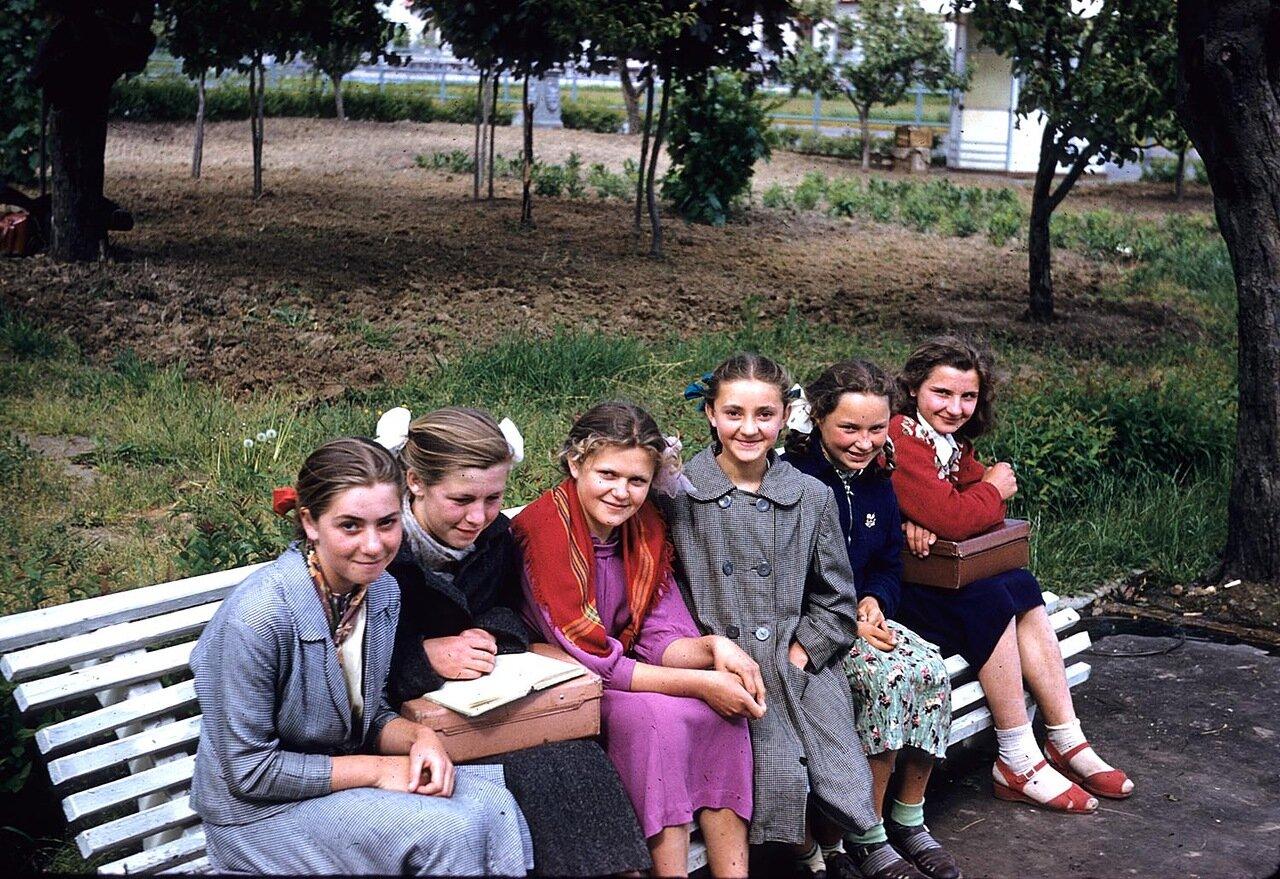 Школьницы на скамейке