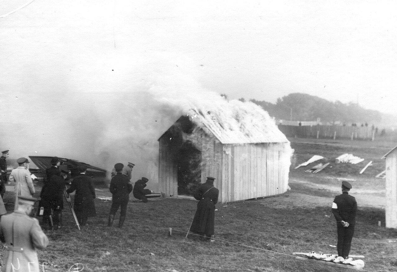 12. Тушение горящего сарая из пенного огнетушителя во время испытания огнетушителей новой системы