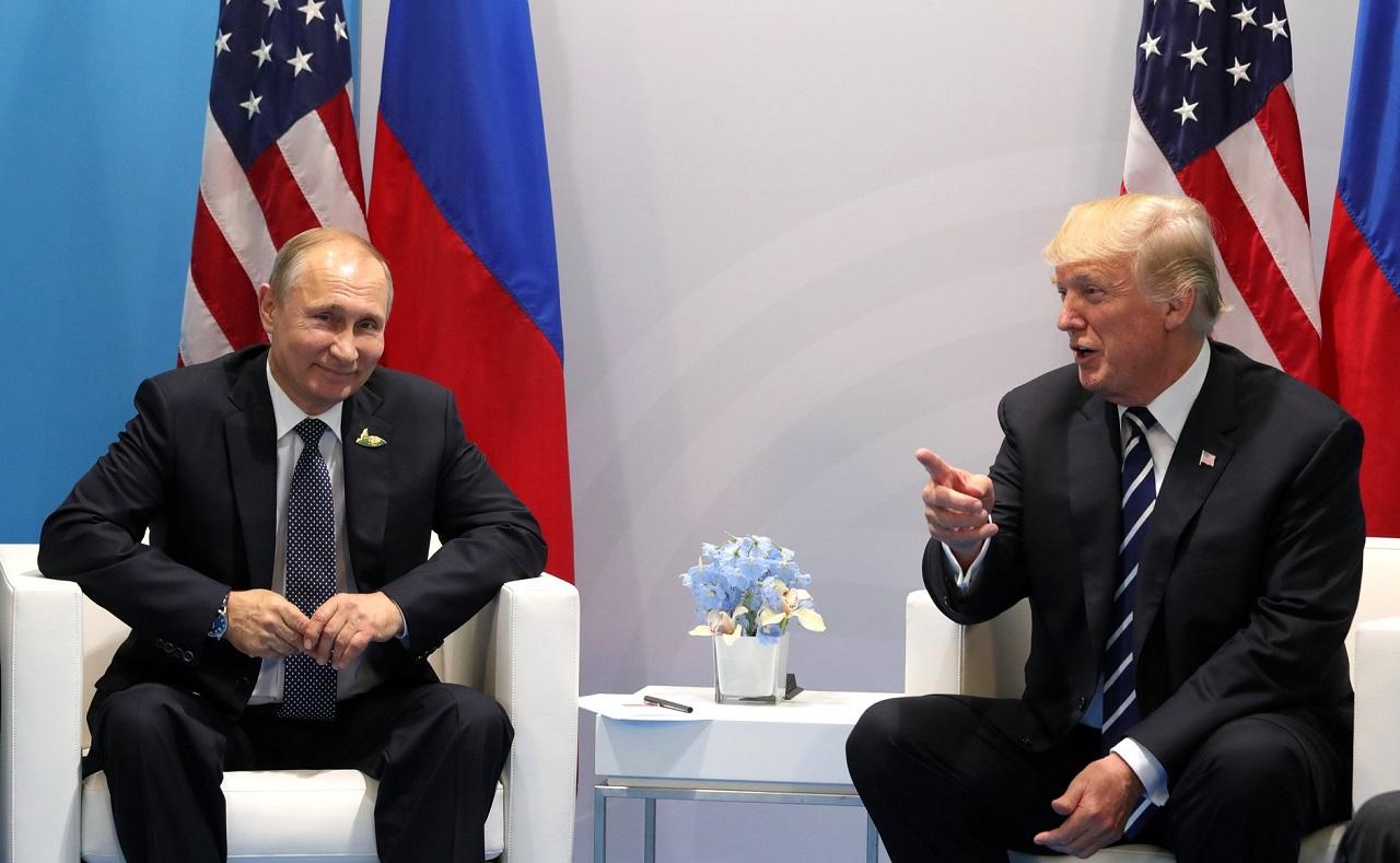 Владимир Путин и Дональд Трамп смеются 7 июля 2017, в Гамбурге. Встреча 20-ки