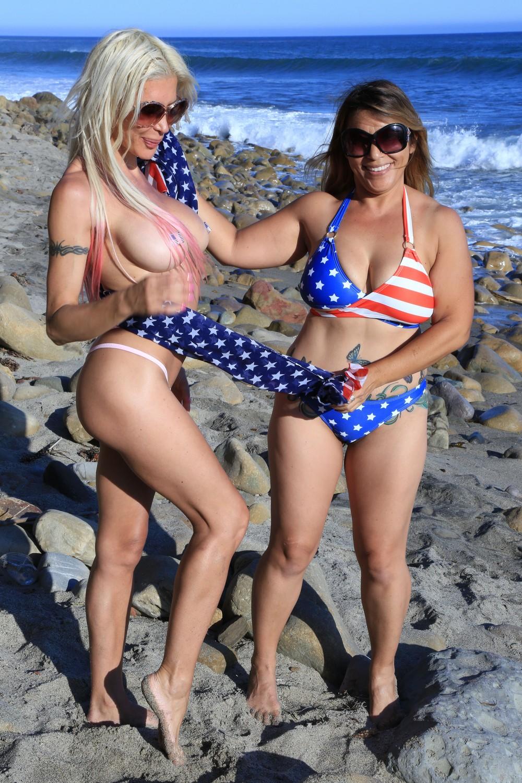 Анжелика Морган в патриотической фотосессии топлес