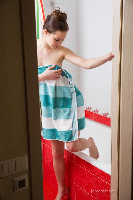 Диана в ванной