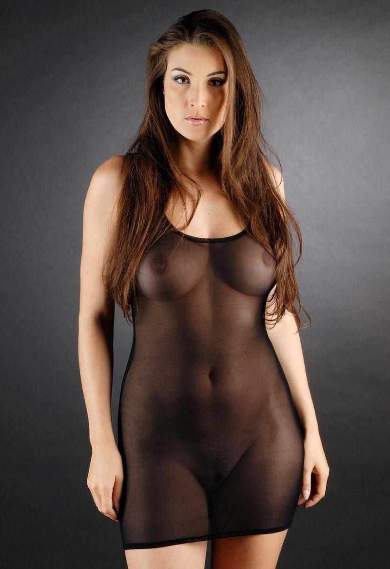 прозрачном в платье девушки голые