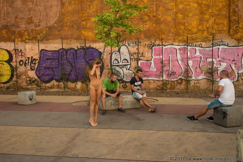Обнаженная Talia на улицах Барселоны
