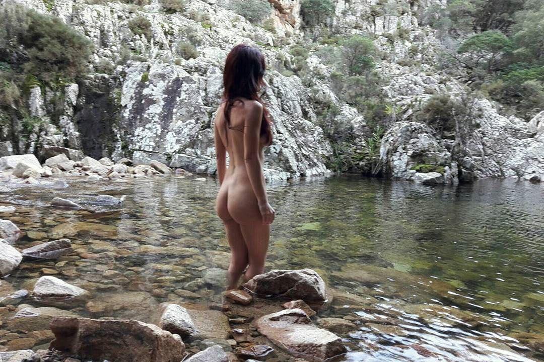 Naked Sardinia: голые путешественницы в Италии
