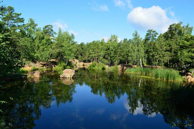 Карьерный пруд в городском парке.
