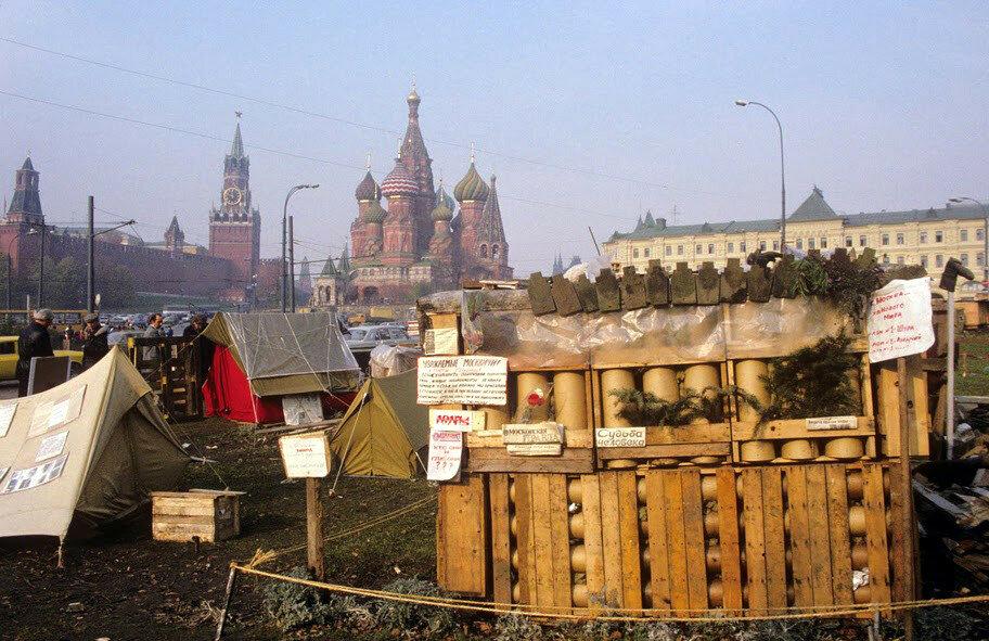 у стен Кремля вообще возникает палаточный городок 1990