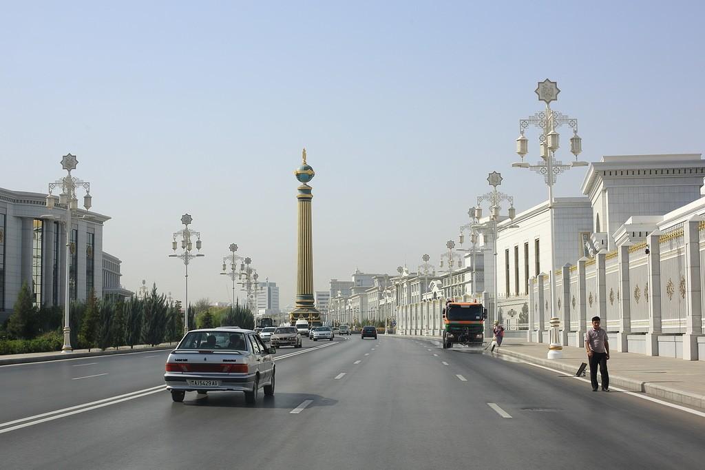 2. Ашхабад, по мнению туркменского руководства, должен стать беломраморной столицей. Сейчас около 55