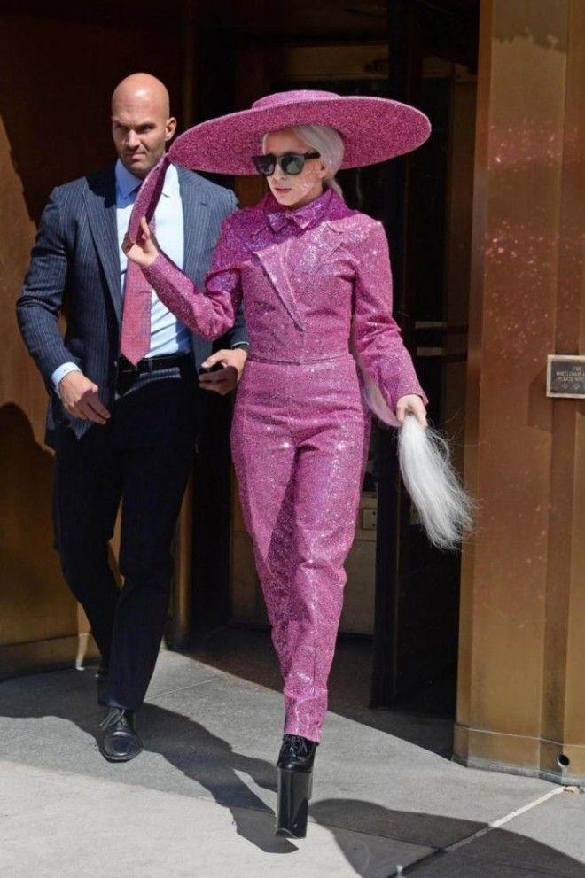 Леди Гага Согласитесь, знаменитых девушек легко понять. Все-таки чертовски приятно, когда тебя защищ