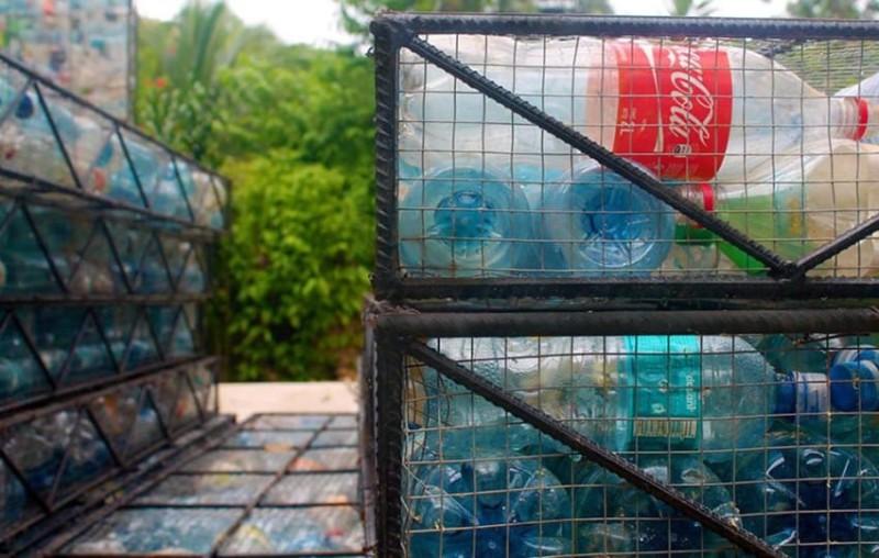 Его проект называется Plastic Bottle Village («Деревня из пластиковых бутылок»). Пластиковые бутылки