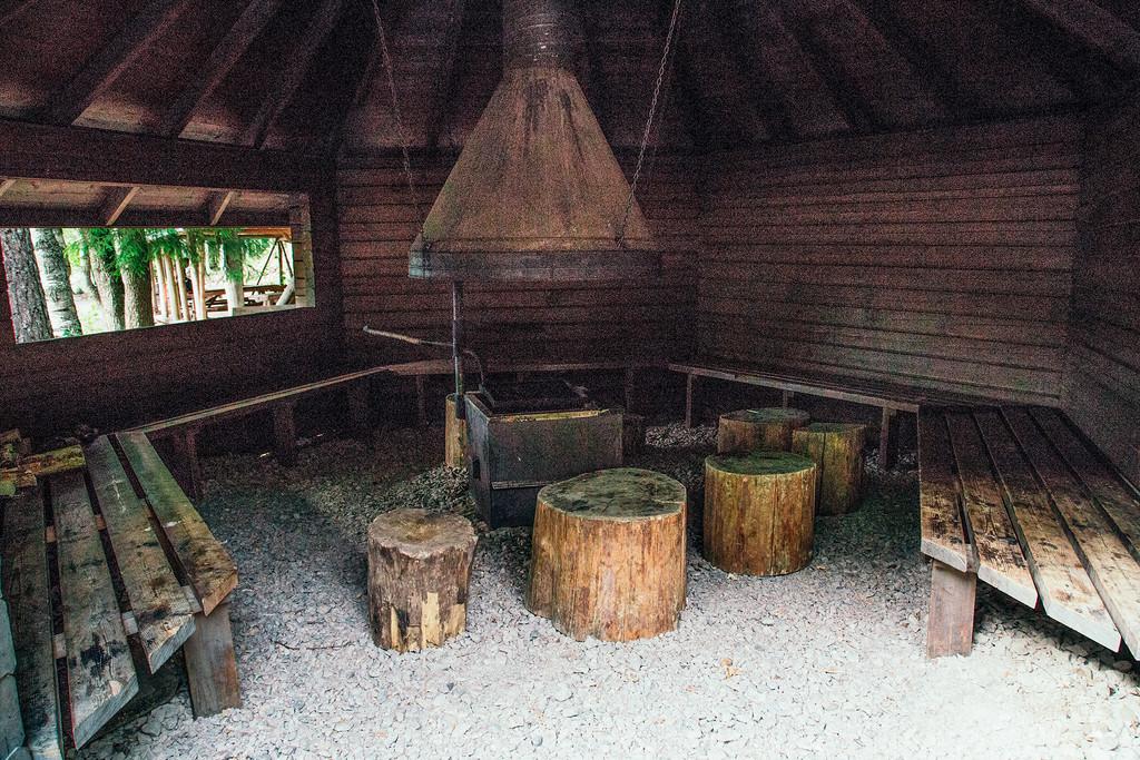Ни один человек не побежит разводить костер где-то там, если вот лежат готовые дрова и на случай сне
