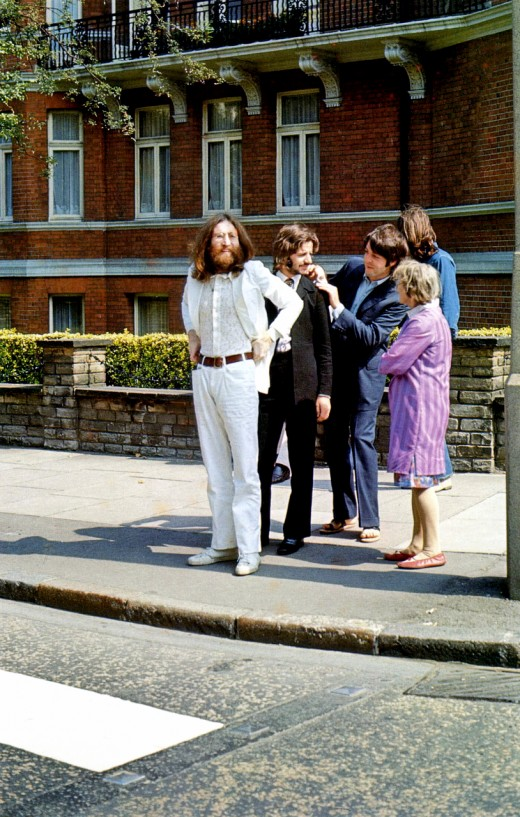 За кадром знаменитой фотосессии The Beatles для обложки к альбому Abbey Road (9 фото)