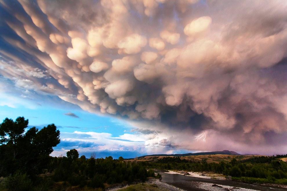 Однако для грозовых штормов, порождающих «вымяобразные» облака, характерна высокая вероятность