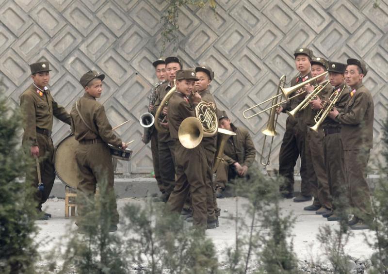 Живой оркестр, играющий на дороге, которую ремонтируют.