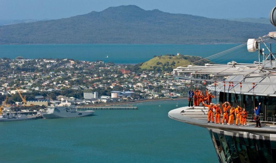 25. Высота башни — более 300 метров, и она доминирует на горизонте Окленда.