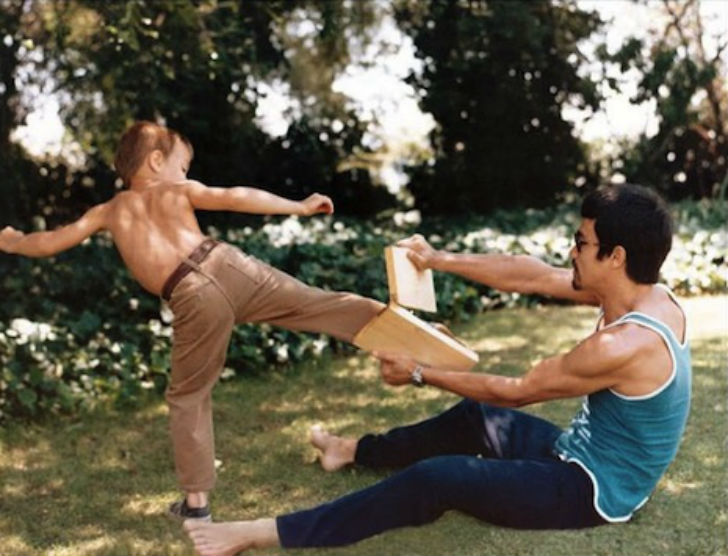 Брэндон Ли впоследствии тоже стал мастером боевых искусств.