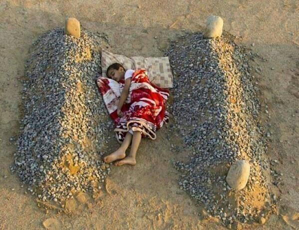 Многие мировые СМИ растиражировали фотографию, на которой якобы сирийский мальчик спит между могилам