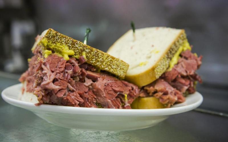 20. Популярный сэндвич пастрами с копченой говядиной был придуман в Румынии. Рецепт был привезен в С