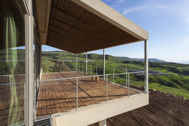 A private residence frames a spectacular natural context, on the hills surrounding the Galilee Sea.