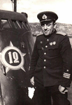 """Гвардии капитан 3 ранга А.М. Каутский у рубки своей """"щуки"""". Полярный, лето 1943г."""