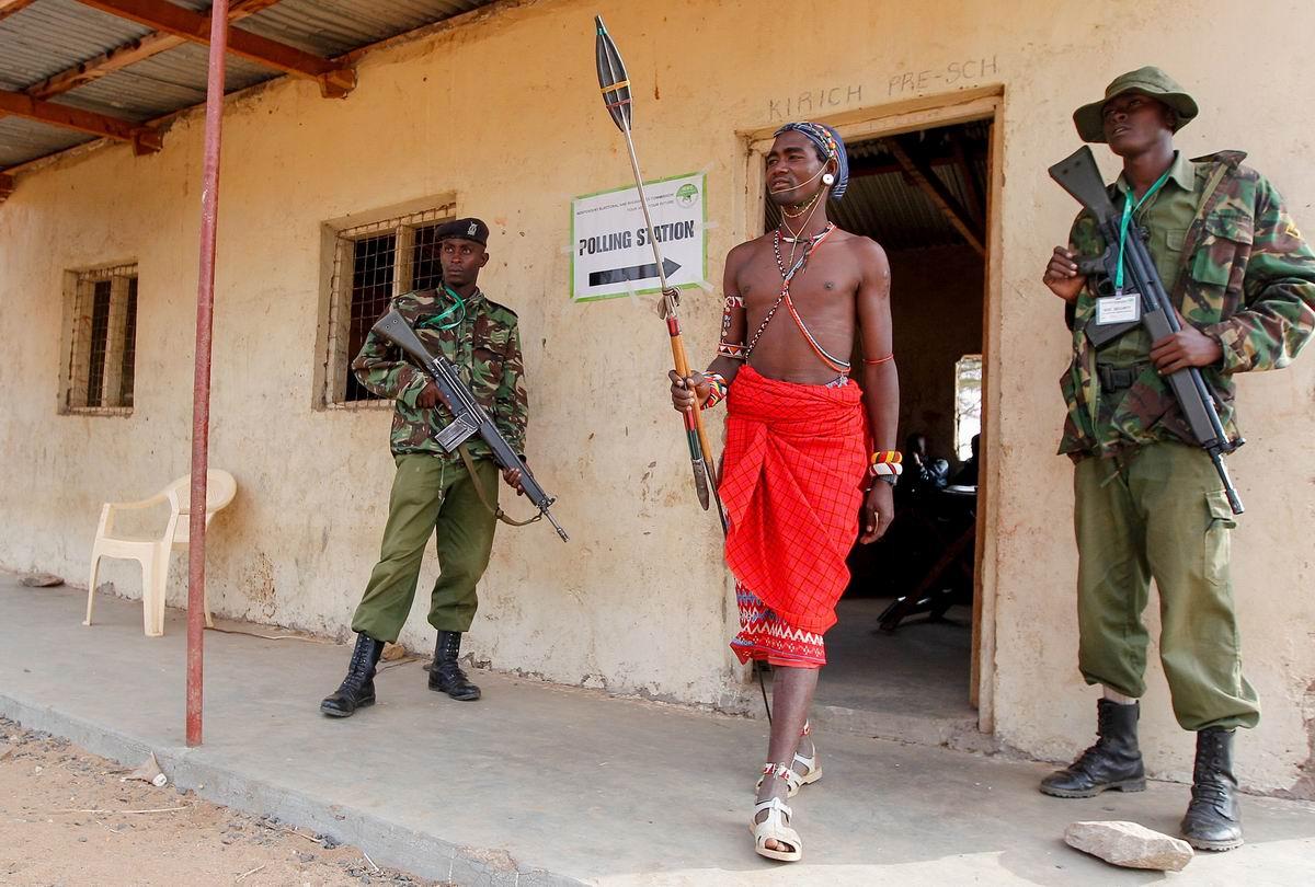 Настоящий африканский воин и его почетный эскорт