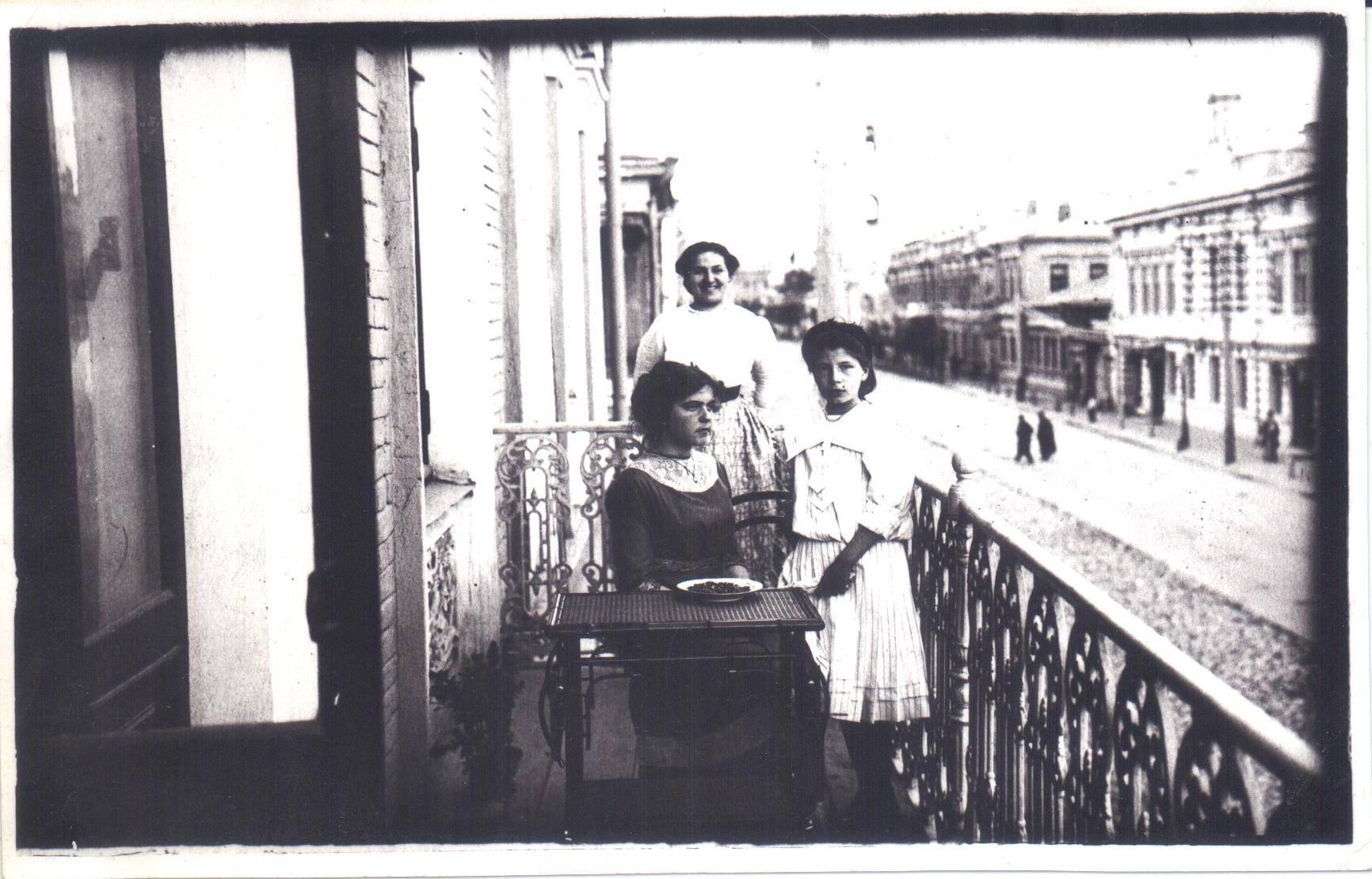 На балконе дома 16 по улице Островского