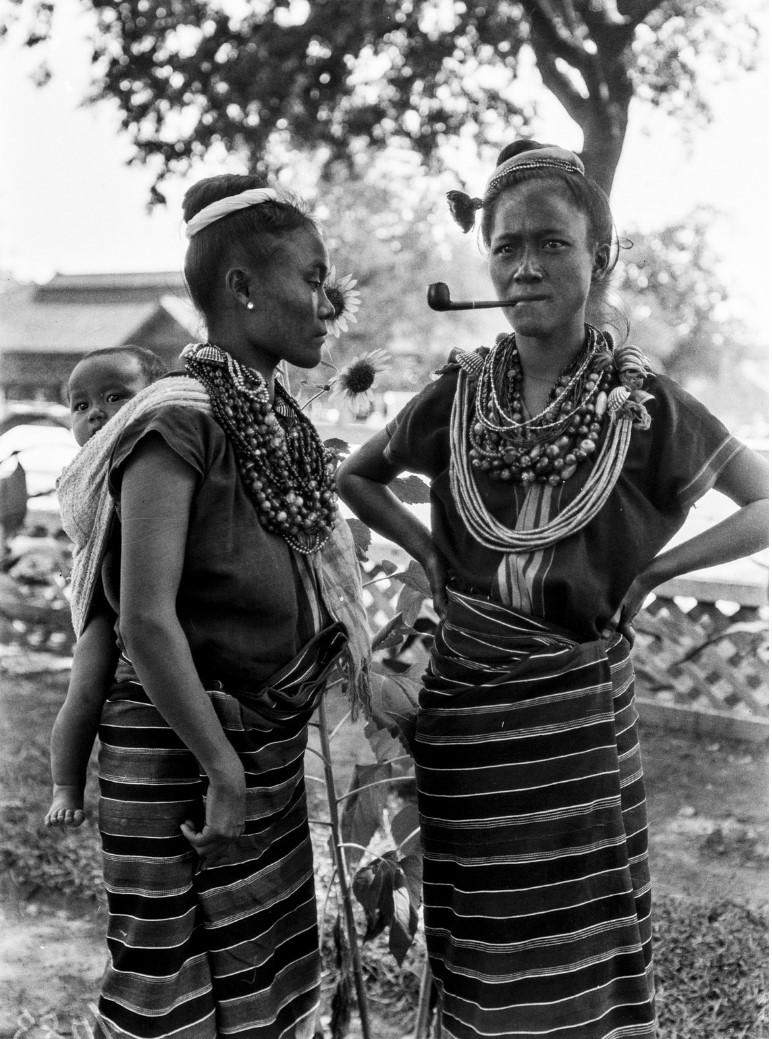 1106. Две женщины народности чины