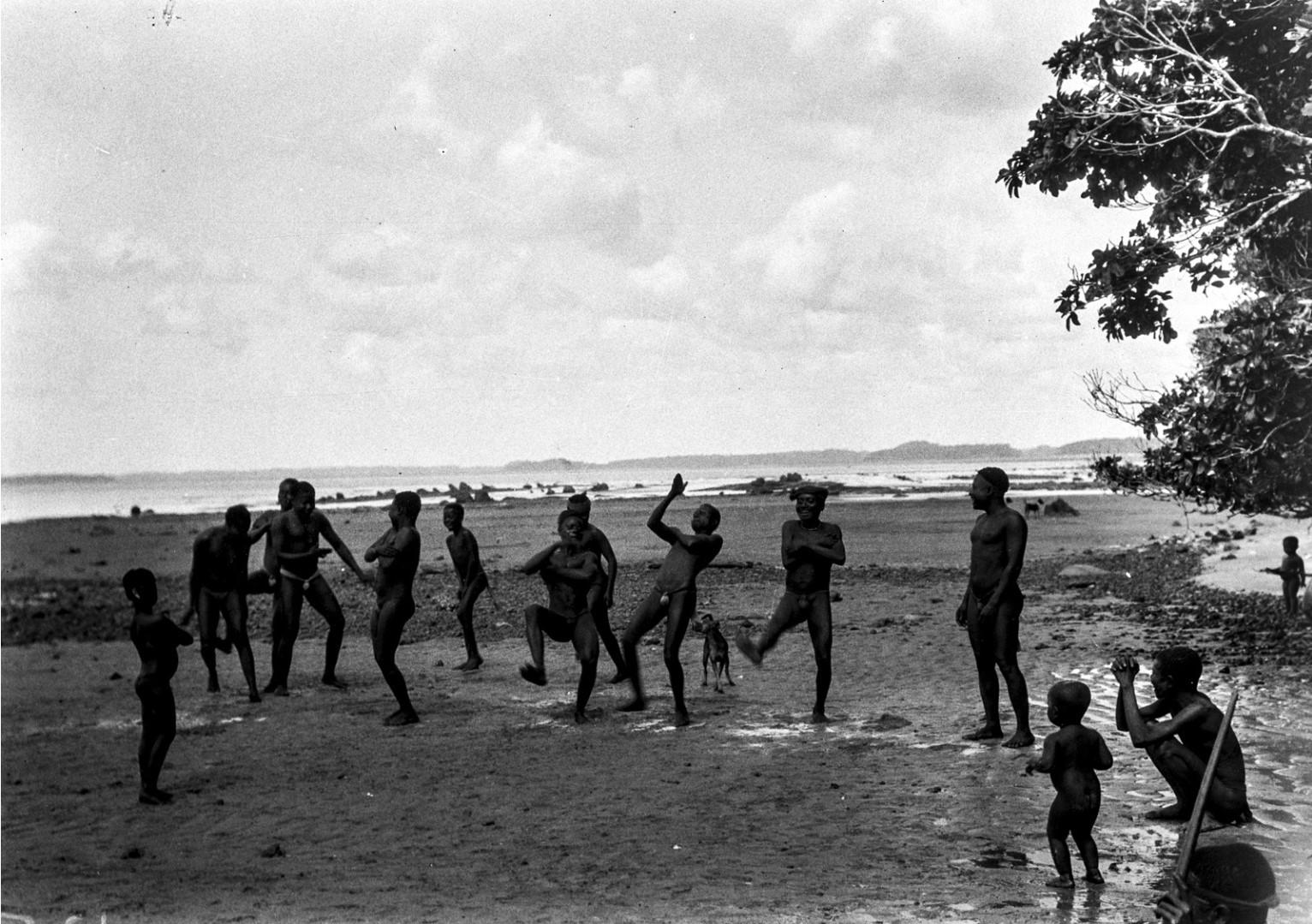 1197. Народность онге. Группа мужчин танцует на берегу