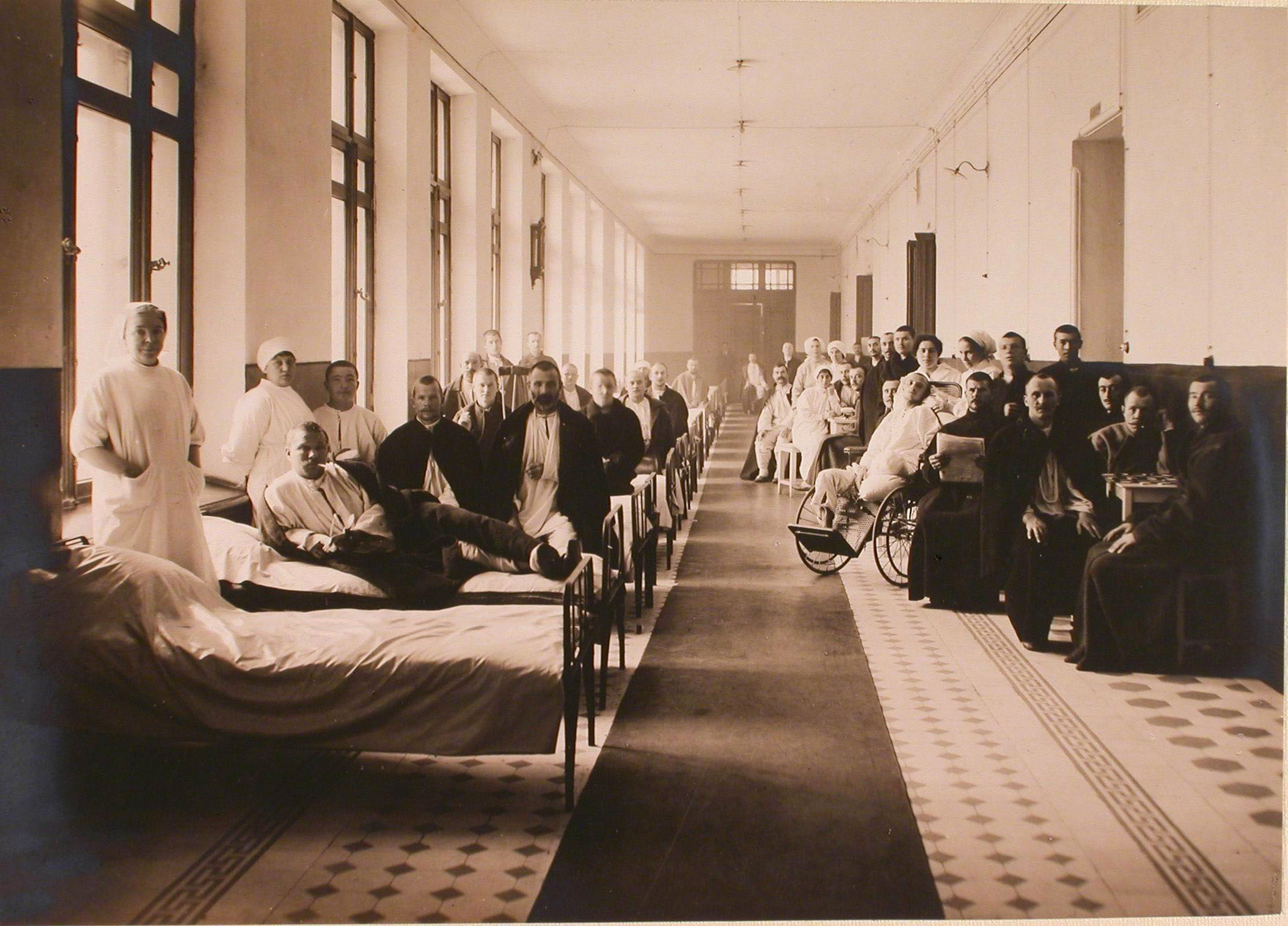 21. Раненые и медицинский персонал в одной из палат, организованной в коридоре госпиталя №6