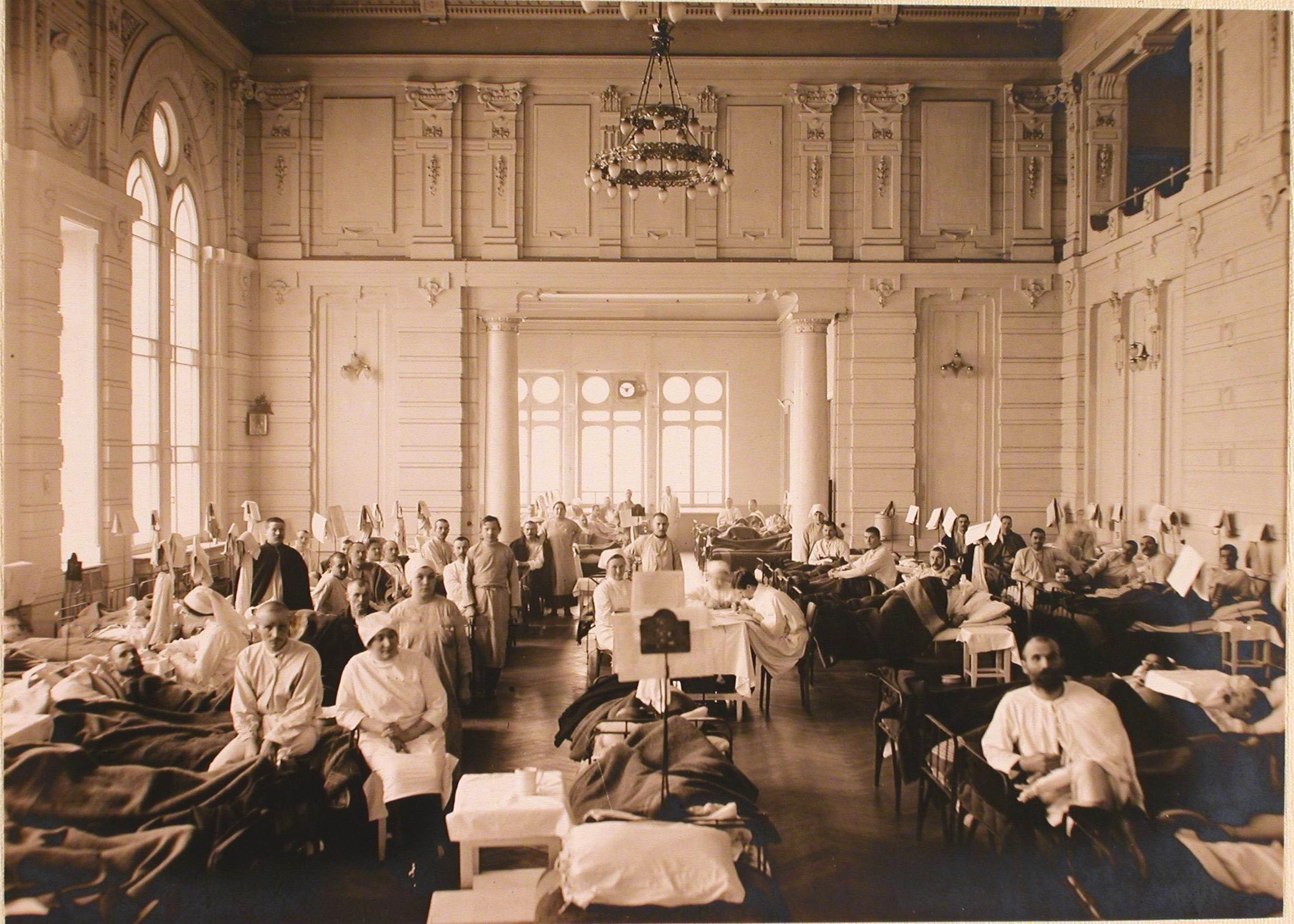 22. Раненые и медицинский персонал в одной из палат, организованной в актовом зале госпиталя №6