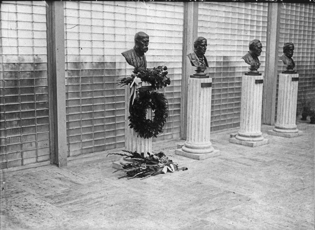 Торжественное открытие павильона Чехословакии. В зале славы среди бюстов великих людей этой страны. Бюст Яна Масарика украшен цветами