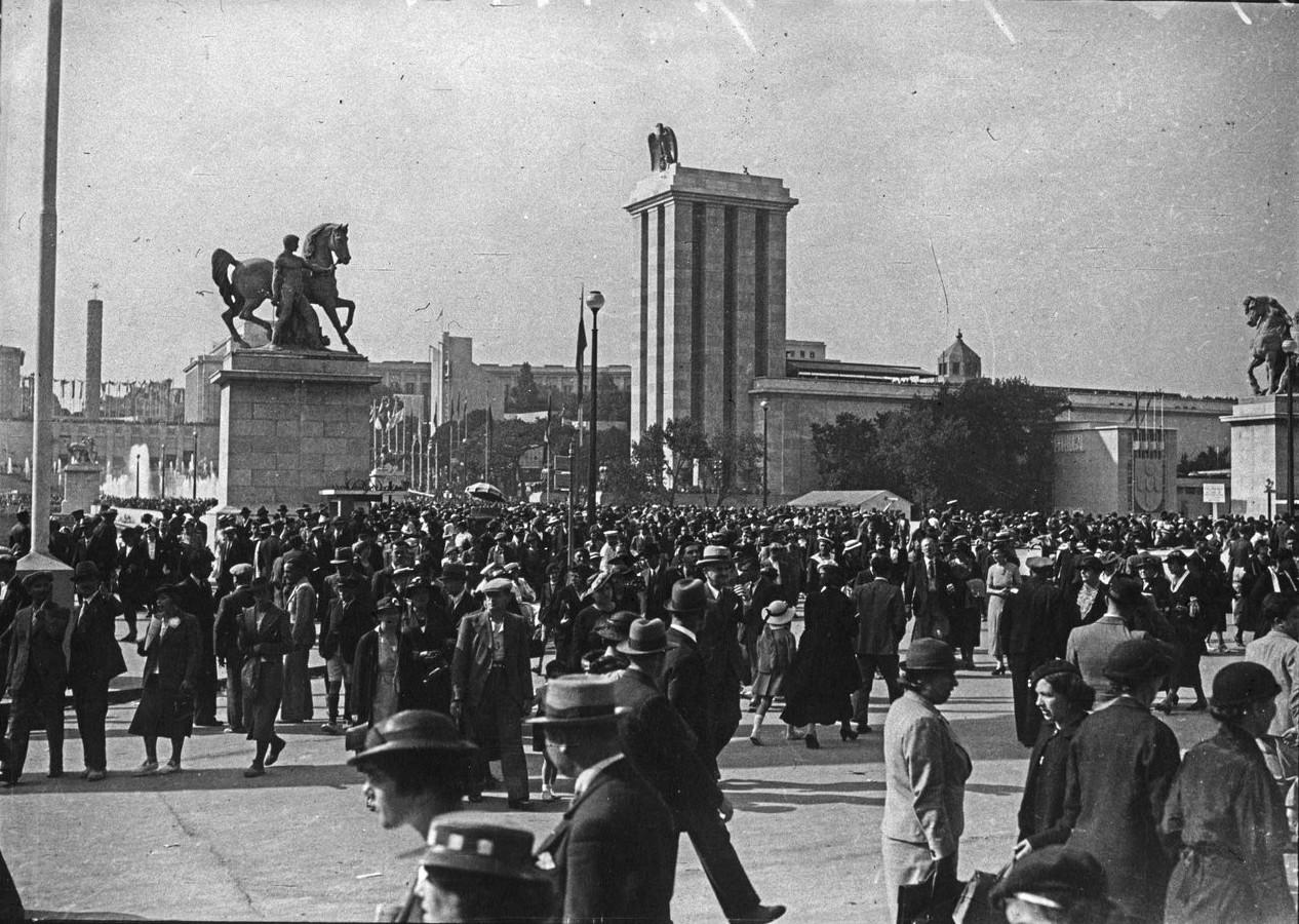 День открытия. Толпа посетителей на мосту Йены. 24 мая 1937