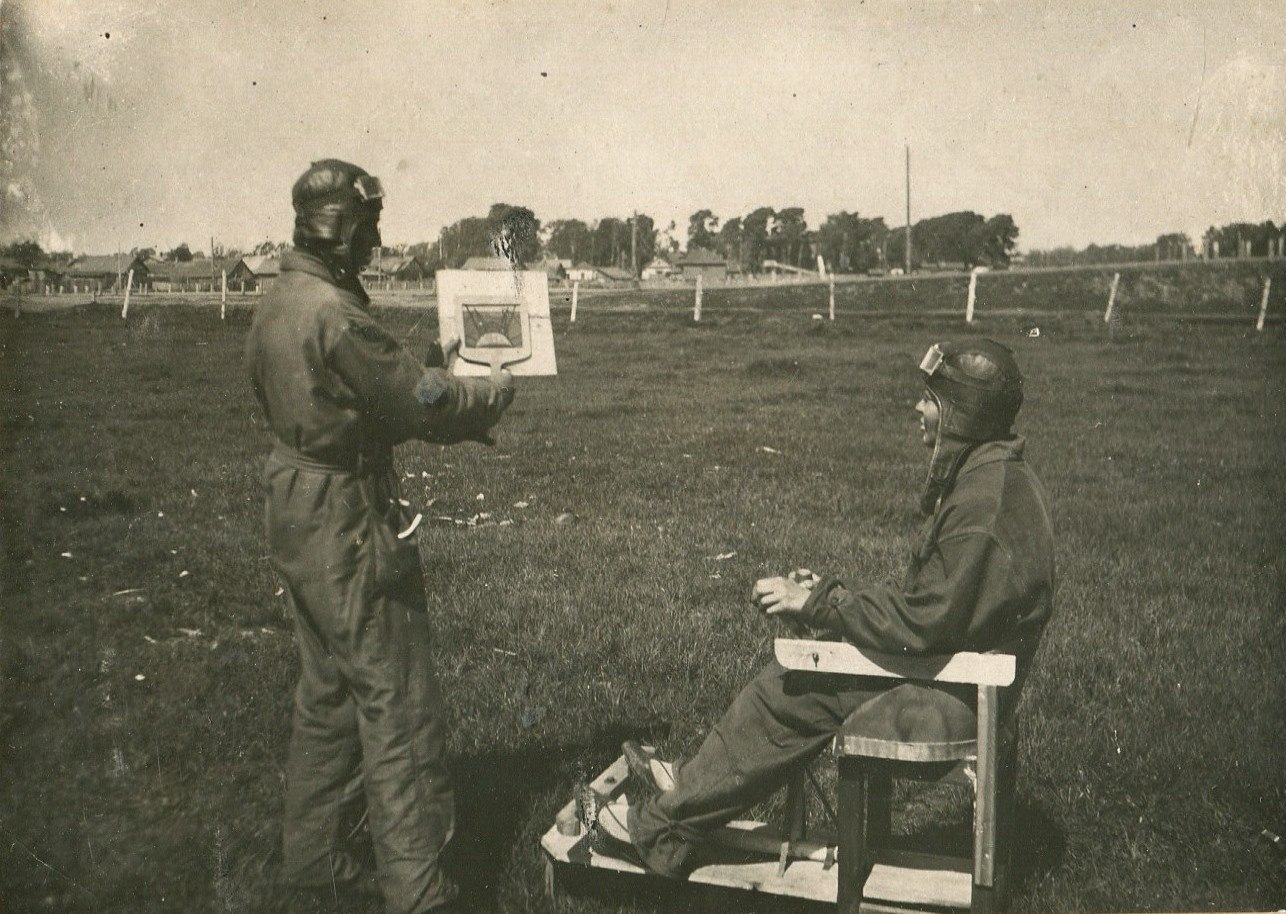 1935. Инструктор Русанов ведет занятие с курсантом по предполетной подготовке