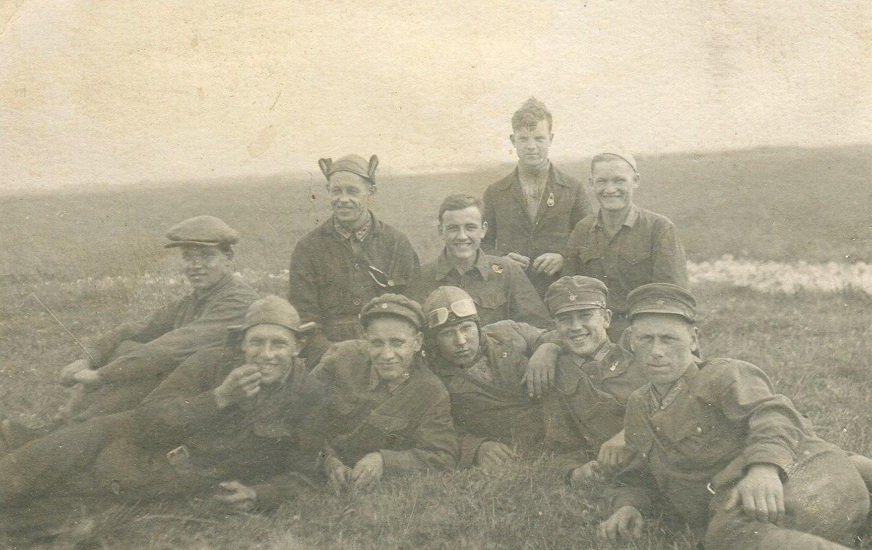 1935. Работники аэроклуба. 2-ой слева лежит Г.Н. Соколов