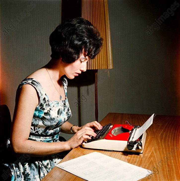 Dame an der Schreibmaschine/ FotoDDR1960 - Woman at a typewriter / Photo GDR 1960 -