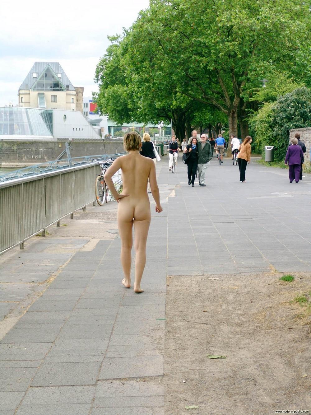смотреть видео девушка оголяется в общественном месте лысоватый, совсем