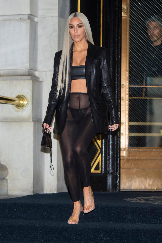 Ким Кардашян забыла надеть юбку