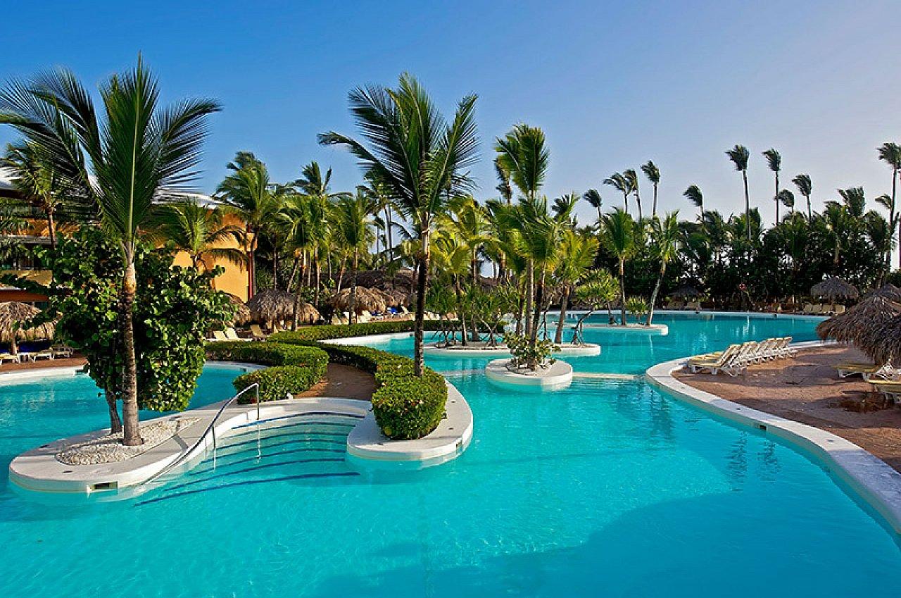 День туриста. Бассейн с пальмами