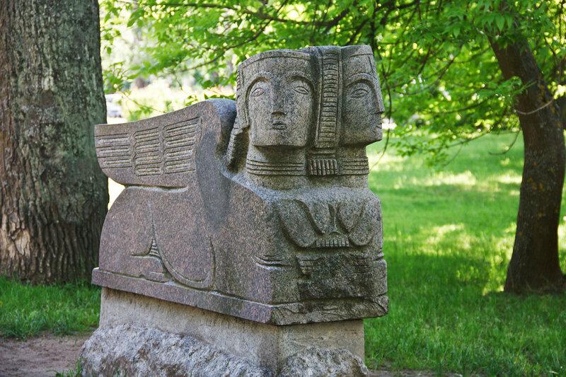 Скульптура Петергофский сфинкс в Парке пленэрных (природных) скульптур в Голицынском сквере Петергофа