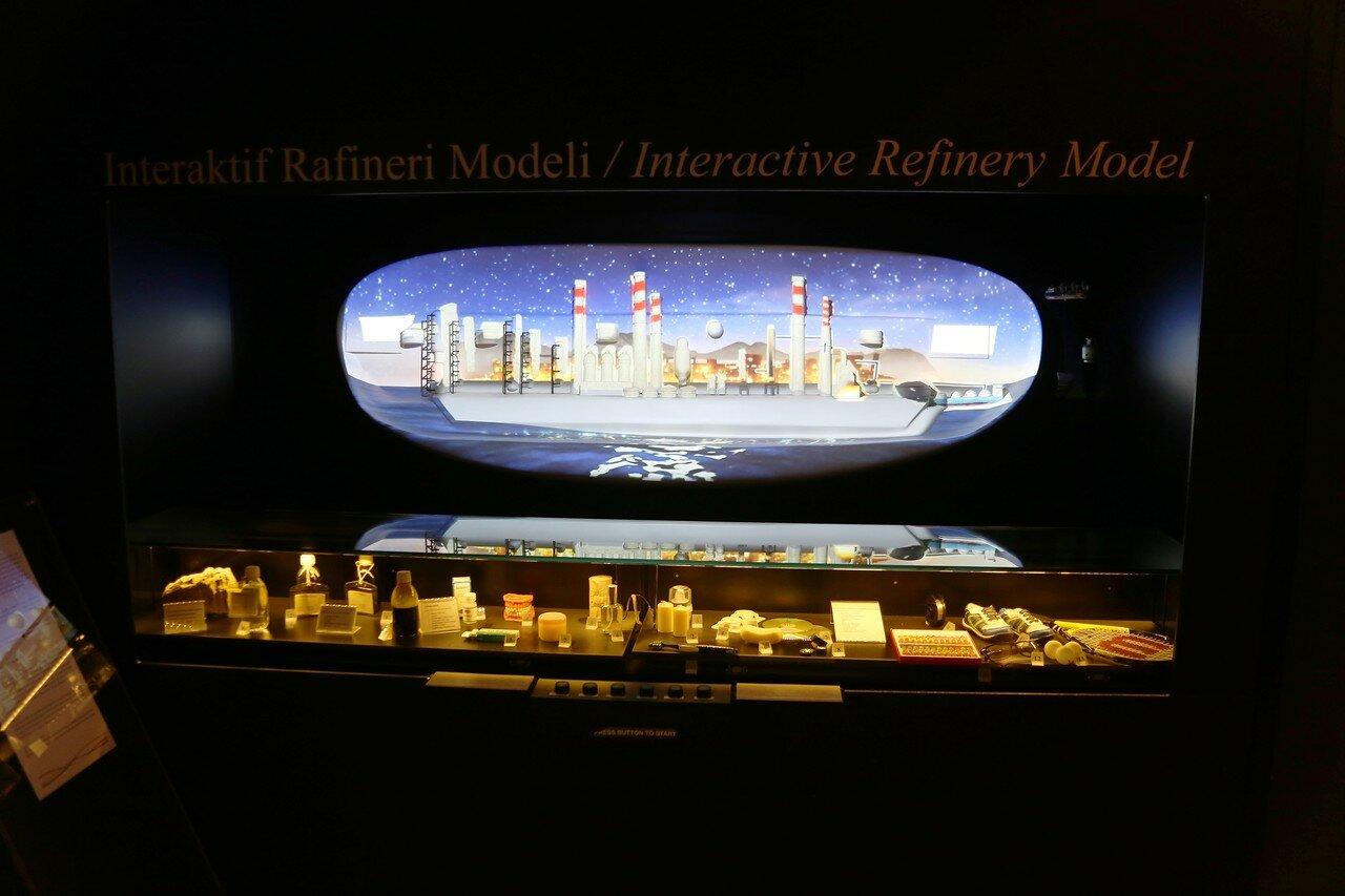 Стамбул. Музей Рахими Коча. Интерактивная модель химического производства и продукты на разных стадиях переработки