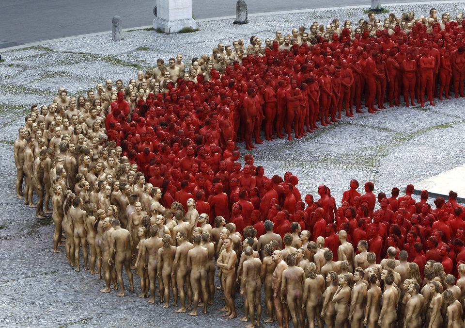 Несколько сотен добровольцев покрыли свое тело краской. Последние штрихи перед началом съемки на пло