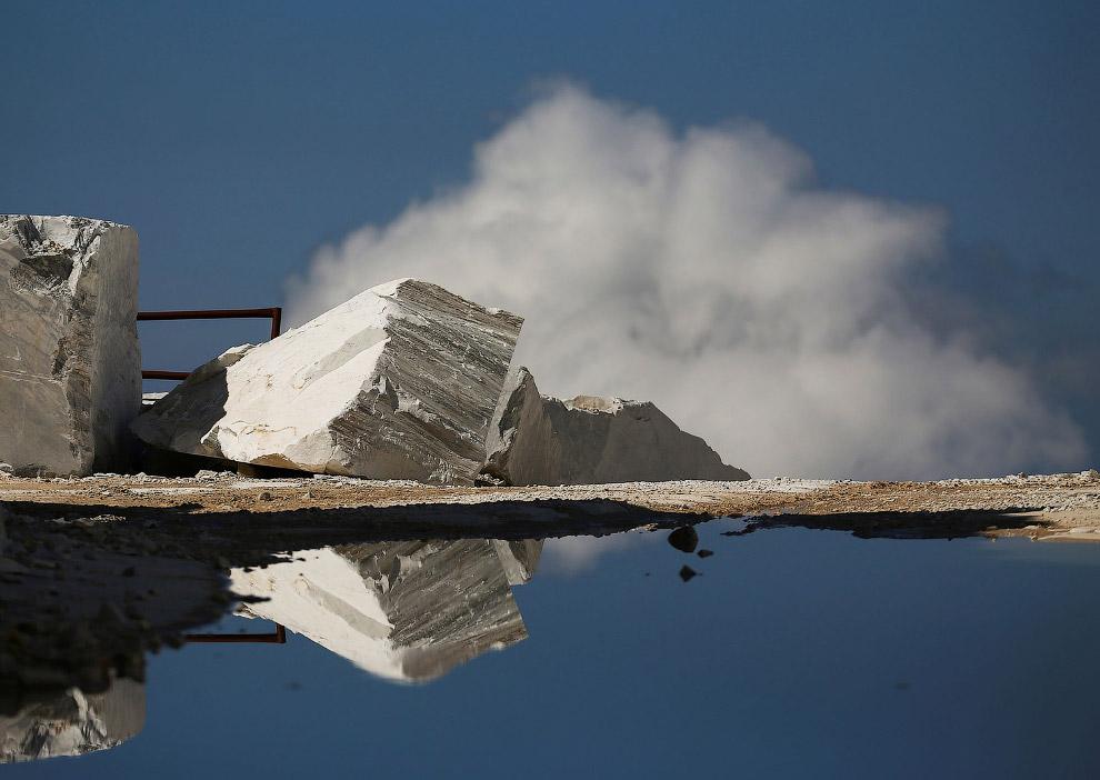 12. Здесь, во мраморном царстве есть даже вот такие производственные домики на высоте. (Фото Al