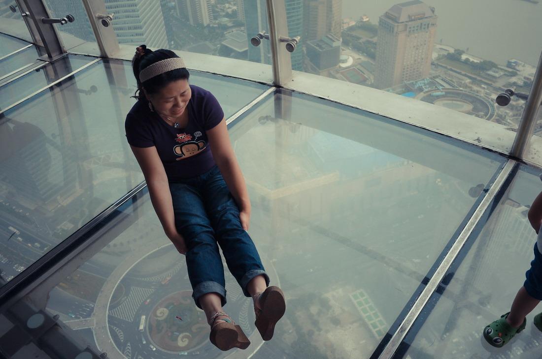 Вид через стеклянный пол смотровой площадки Си-Эн Тауэр на высоте 553 метра (1815 футов) в центре То