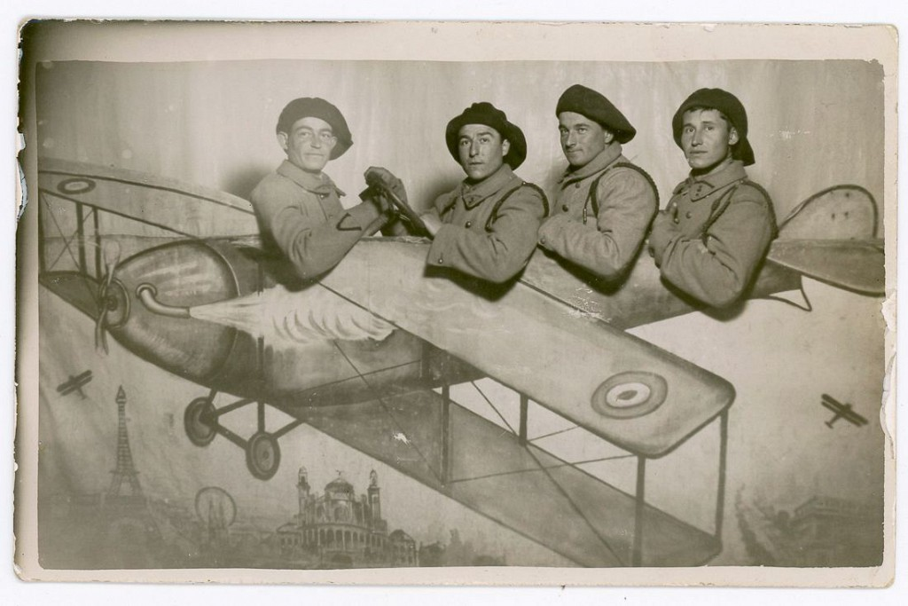 1928 год. Французские военные летчики в нарисованном биплане. Фотостудия в Париже, Франция.