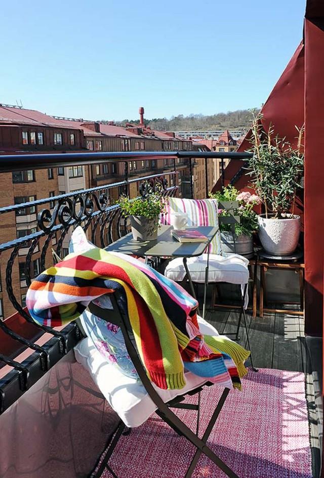 7. Коврик делает балкон уютным
