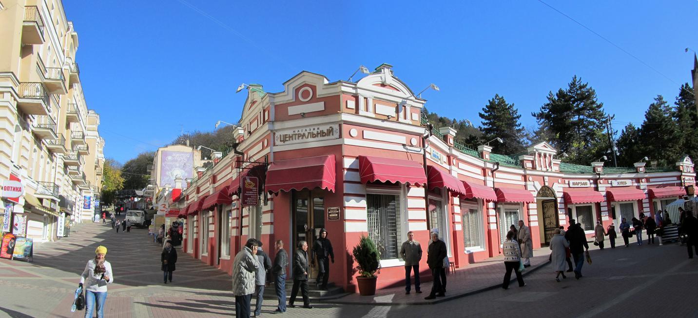 Вправо уходит улица Коминтерна, влево поднимается улица Карла Маркса, также пешеходная.