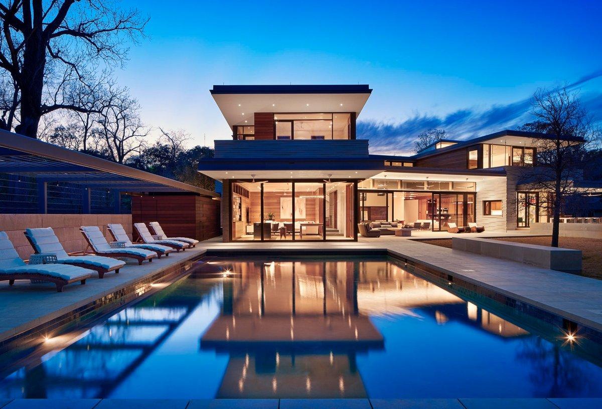 Частный дом с бассейном и шезлонгами