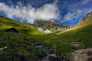 вершины гор укрыло небо